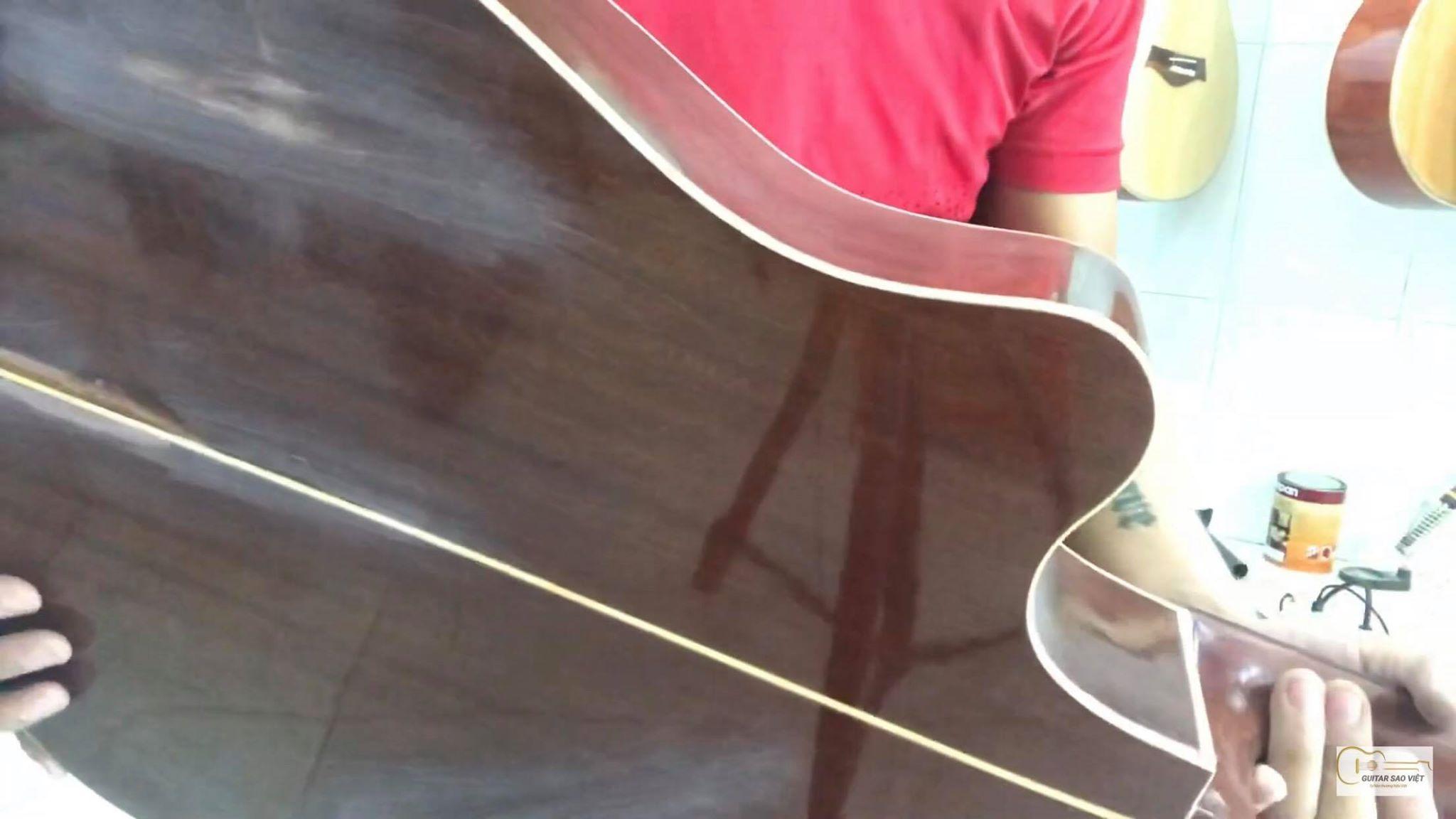 Đàn guitar bị cũ bị nứt và trầy xước