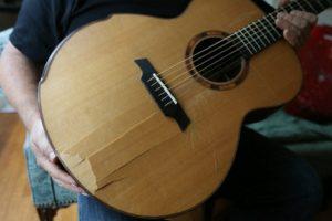 đàn guitar bị nứt xé